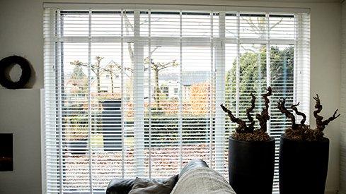 2. Stores vénitiens bois blancs fenêtre droite
