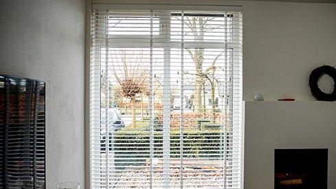 1. Stores vénitiens bois blancs fenêtre gauche