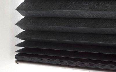 Stores plissés noirs