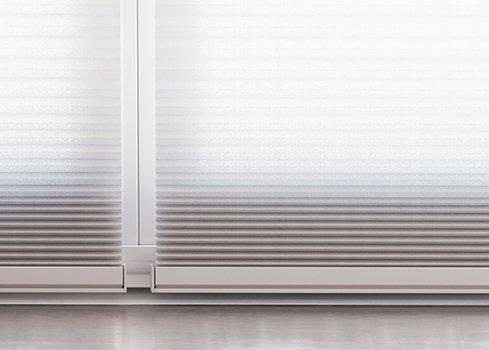 Décorations de fenêtre à côté de la porte