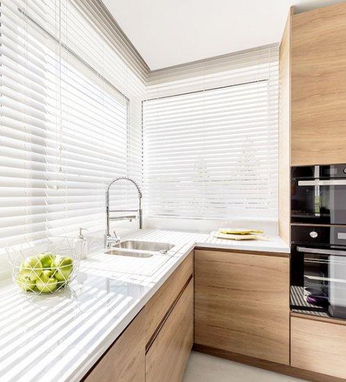 Les stores vénitiens en aluminium dans la cuisine ne laissent aucune chance à la graisse ou à la saleté