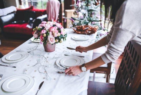 1. Table de Noël joliment décorée
