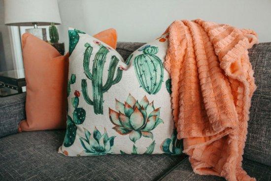 1. Plaid ou tapis sur le canapé pour la chaleur