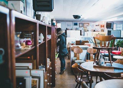 2. Visitez les brocantes, trocs et autres magasins d'occasion