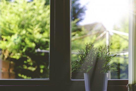 Un intérieur plus fraîs avec les bonnes décorations de fenêtre
