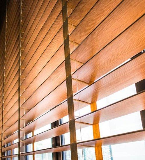 Stores vénitiens en bois pour un confort optimal